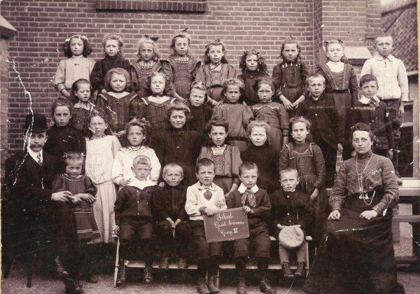 Wie kent de personen op deze schoolfoto uit Groot-Ammers?